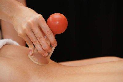 Schröpfmassage zur Anregung des Blutflusses und der Selbstheilung