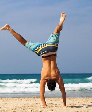 fit und aktiv sein - Strand-Aktivität oder Training der Faszien